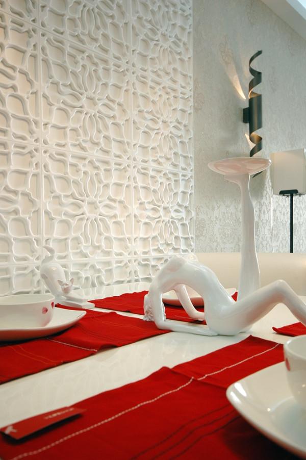 与动物雕塑的曲线,烛台的曲线以及墙面上蜿蜒折返的线条,无不令人遐想。