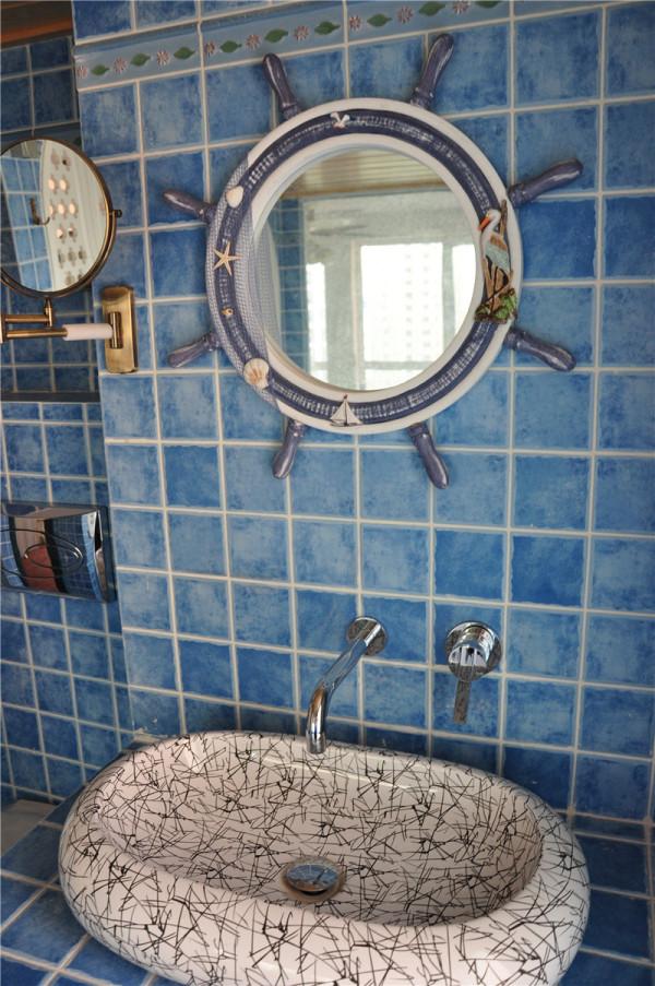 蓝色仿古的墙砖,船舵形状的镜子让人仿佛置身海底