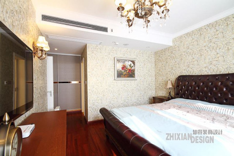 衣柜隐于卧室一角,主卧卫浴与之相邻,利用同色的壁纸铺贴与背景墙相连节,完美隐形。