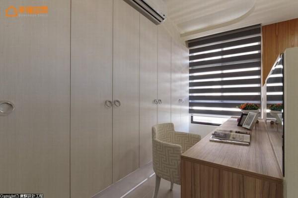 隐而不显的衣柜线条,形塑简约干净的视觉端景。