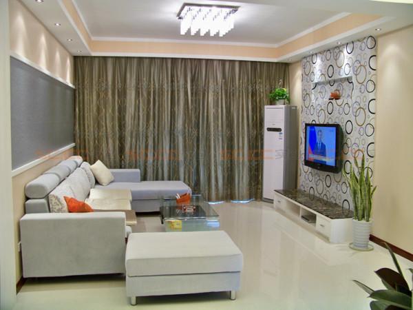 简洁明了的壁纸增添活泼,顶面四周显得客厅层次分明