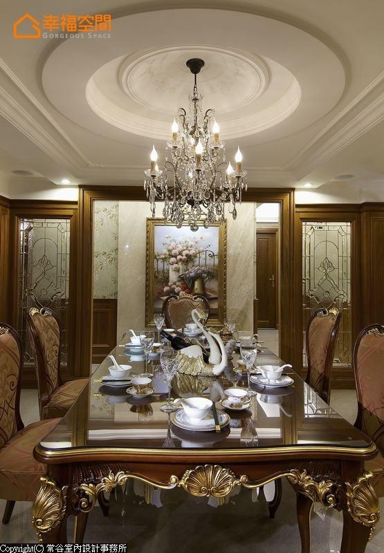 设计师将画作悬于廊道墙面,藉由主景位置的后移拉长空间景深。