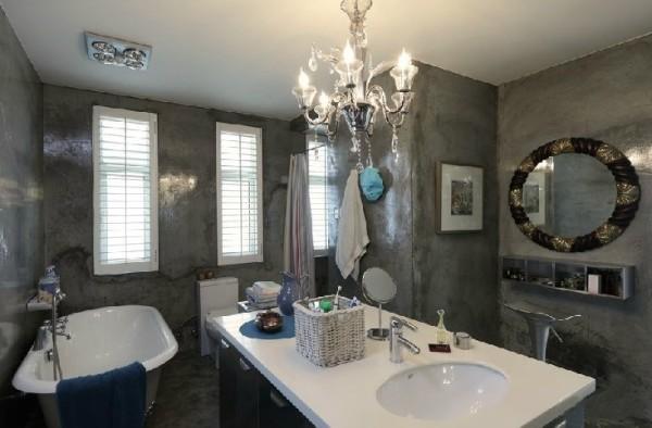 与客厅和卧室风格迥异的卫生间,是女画家另一处创作空间,灰色的斑驳墙面有一种出其不意的美妙感