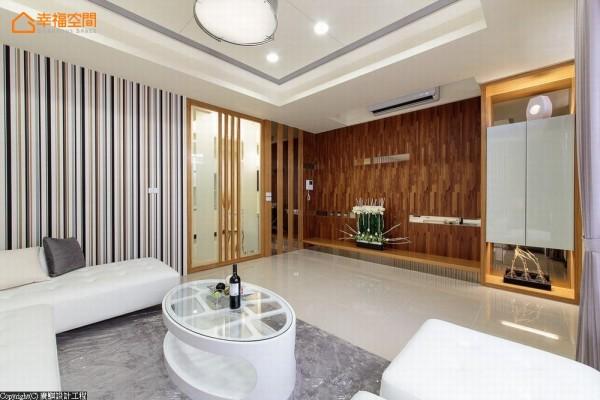 电视墙采纹理相仿的集成木皮与沙发背墙呼应,在间或缀饰的茶镜饰条中,两者完美结合出落坐沙发后的视觉端景。