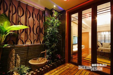 青砖琅木,绿植流水,不足4平的入门处,别出心裁,设计成型情致别样的入户景观区,与客厅一窗之隔,境况迥然,突兀对立别样协调。