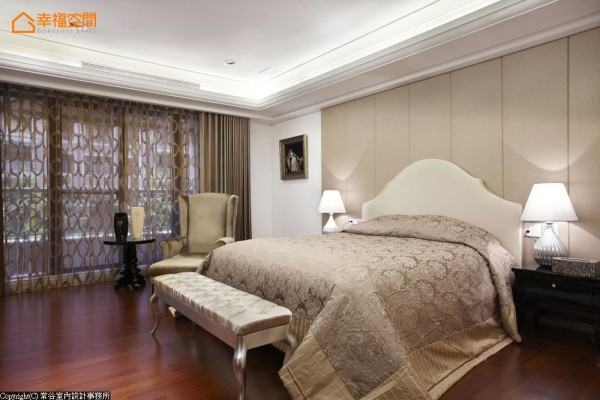 淡色氛围提升了舒眠效果,不加以过多的装潢,让主人返回房间自然平静心情。