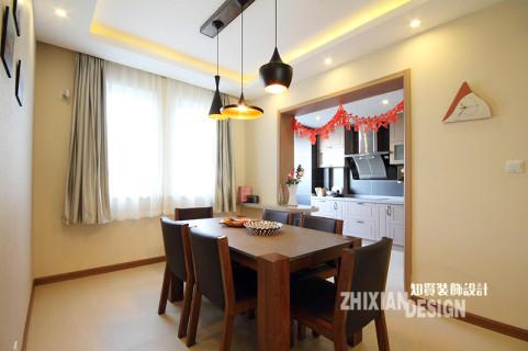 餐厅设计简单凝练,黑色+木棕色是很有质感的色块组合,同垂坠而下的工业造型吊灯一起,组成了空间的重心,井然有序。设计师因地制宜,将餐厨间的墙壁一侧,布置成小巧的时尚吧台。或坐或立,都是情致