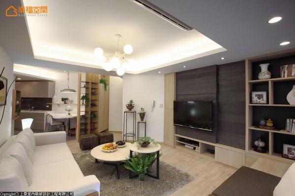 以电视墙拉齐并行线条,形构方正客厅。格局的斜角畸零空间,则利用成为置物仓库,增加生活收纳量。
