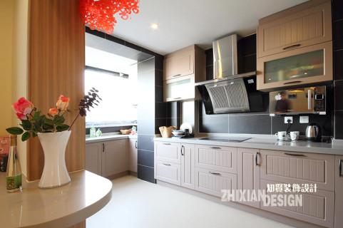 厨房紧邻餐厅而设,存在感极强的橱柜完全贴合空间特征,完美收纳。厨房的面积有限,如何有效扩容空间能为设计的必要之义。针对于此,设计师将面积狭小无甚用处的小阳台有效的纳入空间组成,最终实现了厨房的完美扩容