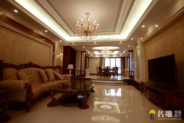 名雕装饰设计—天湖郦都四居室—欧式卧室:用材上,特别是对于家具取材,考虑的都是仿旧仿古系列,好像在诉说这是一个家族一代一代辉煌的生活传承.