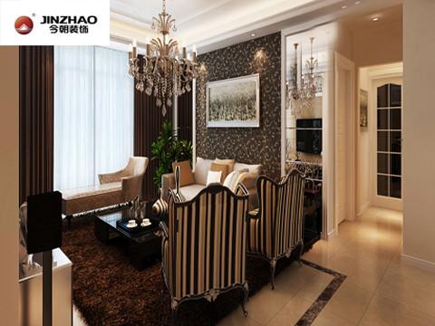 客厅地毯与墙纸采用的是深色碎花,外加深色的窗帘,配合着欧式家具的摆设,第一眼就能让人感受到欧式的奢华。