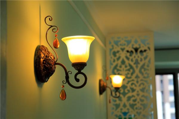 古典欧式风格的特征是强调线形流动的变化,将室内雕刻工艺集中在装饰和陈设艺术上,色彩华丽且用暖色调加以协调