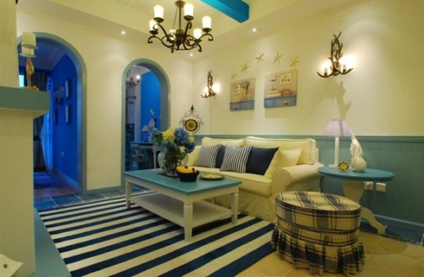 吊灯和壁灯采用同种风格的,白色的沙发和蓝色的圆桌,搭配了房间的整体色调。地毯采用了蓝白条纹状的,也非常的协调。