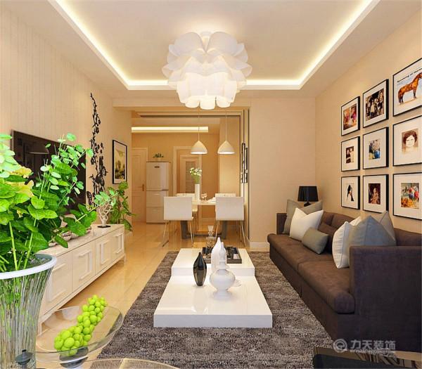 客厅采用回形吊顶,电视背景墙采用米色壁纸及印花墙绘装饰,走廊区域也是回形吊顶,整体色调温馨,米黄色乳胶漆与地板相互应,让整体空间明亮温馨。