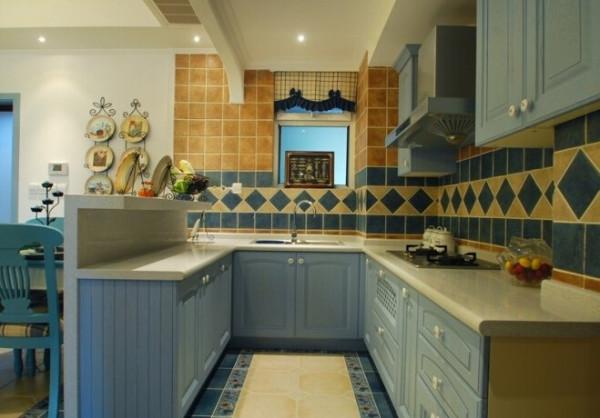 厨房细节图,不同蓝色的应用在这个空间很明显,淡蓝色、深蓝色,都是可以相称使用的。顶部的白色漆面最好有防潮的功能,。