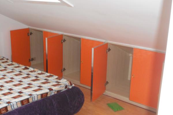阁楼上做的柜子。橙色柜门。带来温馨的感觉