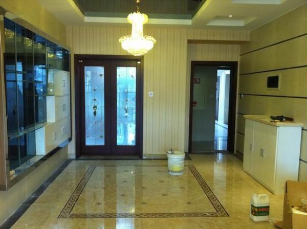 新空间装饰-翡翠城现代简约     150平米现代简约,餐厅感觉高端大气不含瑕疵,地面波打线与餐桌形成呼应,墙面有酒柜,方便简洁 。