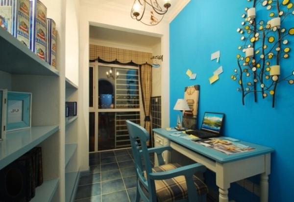 书房,没有卧室那么大,所以整体的设计还是比较简单明快的,贴墙书架,加上简单的桌椅。当然,墙面是蓝色的。做一些墙面的挂饰设计,很生动。彩色的墙面特别容易做背景,就像一块大画板似的,做照片墙神马的也可以。