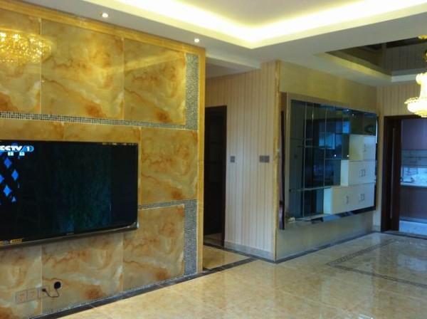 新空间装饰-翡翠城现代简约      150平米现代简约,客厅电视墙和餐厅的酒柜形成一体,大气不奢华 。
