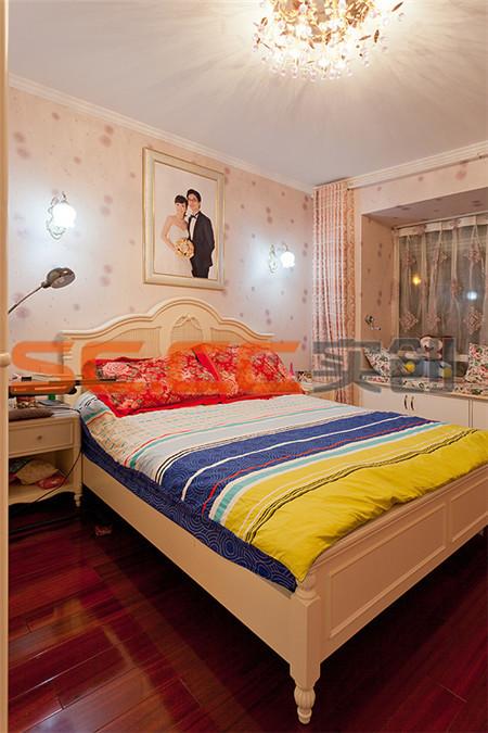 飘窗同时兼用了储物功能以及休闲功能,淡紫色的蒲公英墙纸配以乳白色的家具,合成了浪漫温馨的氛围。