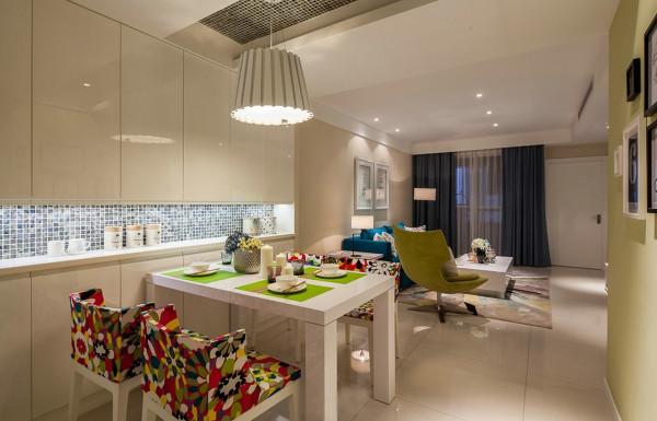 餐厅的墙面用亮面的烤漆板来做饰面,使就餐环境干净明亮,墙面与顶面呼应的马赛克装饰横跨墙面和顶面,同种材质的错落交叉,大大丰富了整个餐厅空间