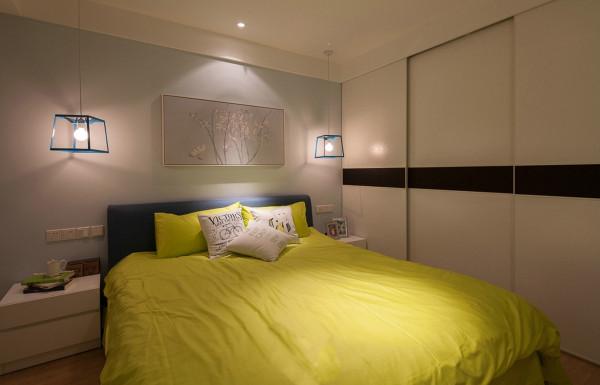 墙面的淡淡的蓝灰色使主人进入到卧室就有一种安静和柔和的视觉感受,使居住者能够在休息的空间放下一切杂念安安静静的享受生活