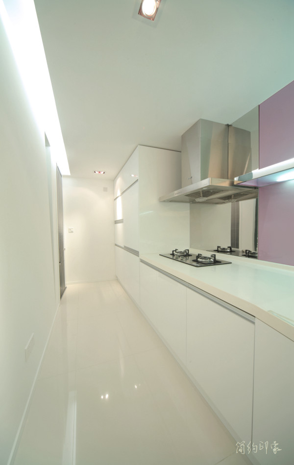 不同于一般意义上的开敞式厨房,半封闭的厨房既通透又有效隔绝油烟。