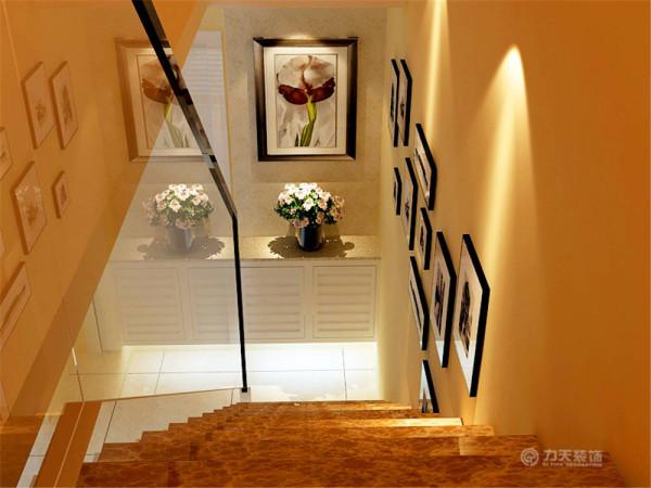 二楼的整体布局呈U型布局,整体功能划分清晰,布局合理。通过楼梯进入二楼。