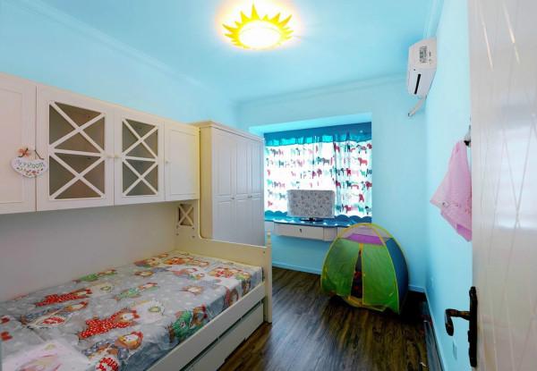 地中海风格,蓝底乳胶漆、暖黄的灯恰似湛蓝的天空中挂着一轮温和的太阳,色调柔和,。夜晚睡在这样的房间里,一定好梦连连。这间卧室就非常适合小朋友。