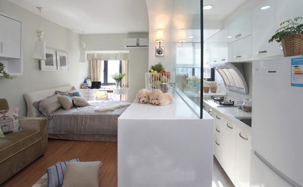 由于客厅空间不大,既要考虑到电视柜,又要考虑通透,所以把客厅及厨房之间的墙打通了,下面是电视柜,上面是吧台,这样既实用又美观