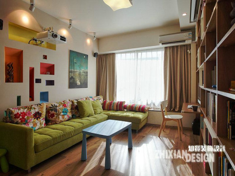 客厅沙发区,面积虽小却别有情趣,背景墙的设计别处心裁。颜色不一、大小不一、形状不一的格子状空间,俨然与墙面结合为一体的陈物架。从单调的墙面找出空间和美感,配合意境悠远的装饰画,设计师之巧思令人眼前一亮