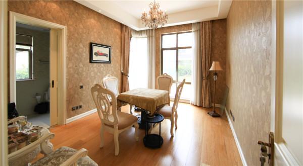 门窗上半部做成弧形, 并用带有花纹的石膏线勾边, 室内则有壁灯造型。墙面用优质乳胶漆,以衬托豪华效果。地面 材料以石材和地板为主