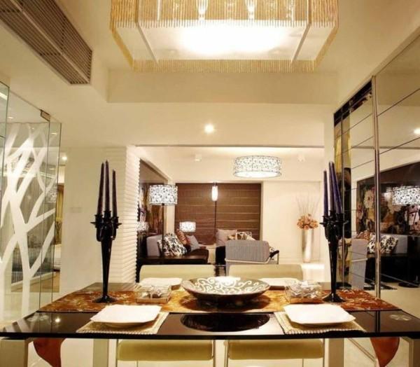 餐厅与客厅通过吊顶区分开来,一面采用玻璃隔断来延伸空间,这样在用餐的情况下不会显得拥挤。