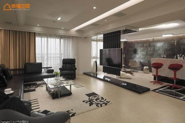 突破以往的实墙概念,以不落地的穿透格栅线性,完整串联起居区与客厅,创造出开阔的场域视野,成为退休度假宅的生活重心。