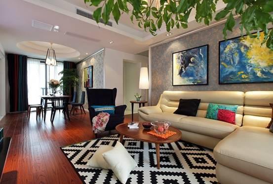 纵观客厅全景,不管是黑色的绒布单椅,还是软皮质的象牙白沙发,都彰显出了业主的非凡品位