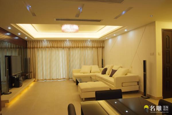 名雕装饰设计—酒店式简约风格—客厅:在客厅的设计上,采用平直的实木线条配以当下时尚流行的灰镜,使空间不仅简约时尚,而且富有档次和内涵。