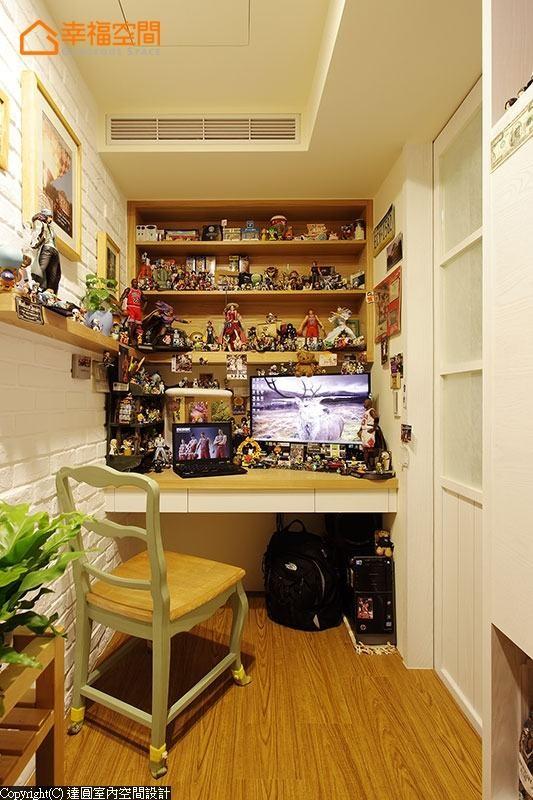 紧邻廊道规划的小书房,是男主人享受被幸福感包围的小天地。