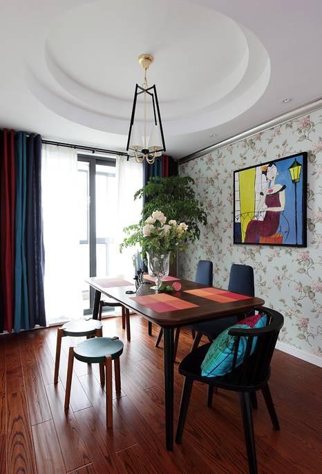 回到餐厅,橡木地板搭配质感极好的胡桃色木质餐桌椅,美式繁花壁纸衬托出空间的灵动性,让整个餐厅生动活泼且韵味十足