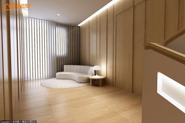 以垂直间错的深刻线条,传达出沉稳安定的主题感受。在角落处摆放一张半弧沙发,为空间带入一抹动感活力。