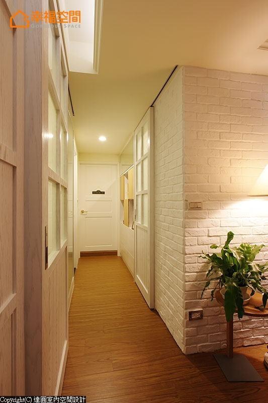 廊道两侧的格子窗门以对称形式呈现,墙面中段处的白色烤漆玻璃不仅放大廊道空间,并具有穿衣镜与涂鸦墙的实质机能。