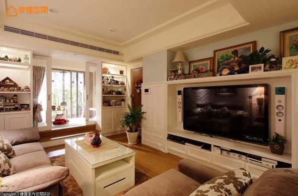 结构柱体隐入电视墙线条巧妙修饰,而展示屋主大量模型收藏的柜体,运用木框与清玻夹层构筑的轻盈身段,列于客房入口两侧。