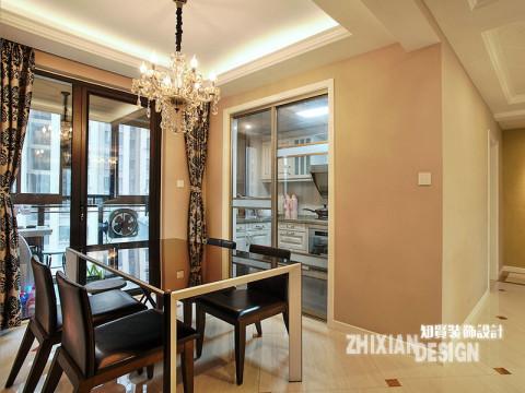 黑色木皮结合的休闲餐桌椅,锻造出有质感的现代奢华感,后现代风张扬的布艺将空间特色烘托的更为张扬有力。厨房与餐厅紧密相连,仅有一扇玻璃门之隔便是简欧风景浓厚的厨房