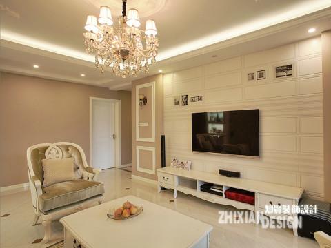 整套木饰面采取白色高光烤漆,客厅的电视背景极具时尚和现代感,色彩简洁,搭配灯光和顶面造型,呈现给大家的是小奢华但不张扬的空间氛围。背景墙的设计清新淡雅,条纹式的几何图形,点缀零星的即兴画作