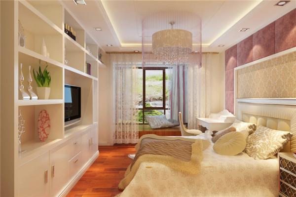主卧整体以温馨浪漫为主线,床头四周以藕荷色软包做轮廓,吸引柔软,中间搭配一款温馨的欧式壁纸做陪衬,卧室的气氛马上就体现出来了,在对面由于客户爱好收藏,