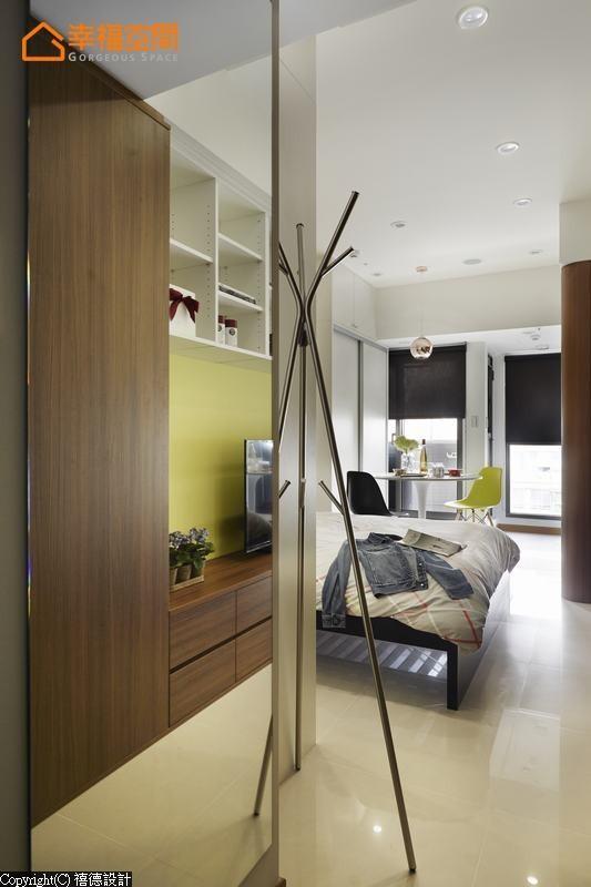 大片的穿衣镜设置在玄关的最狭处,机能之外,让光与空间得以转折延续。