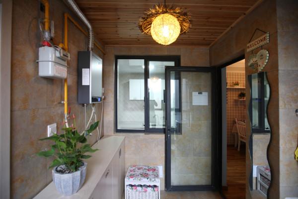 受制于房屋面积和户型,业主决定将书房转移到客厅阳台上,这样能充足的运用到房屋的空间;而原来的晾晒区,则设置在入户的地方,与洗衣间重合。