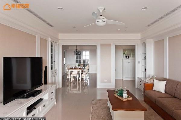 格局方正的客厅,以大地色与白色作为浪漫的基底,特别订制的电视机柜,更是展现柔美的设计线条。