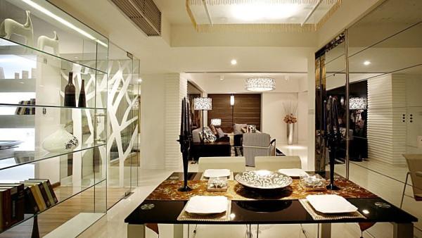 多功能房运用带装饰图案点缀的清玻璃幕墙来区分区域,一种 整洁明亮的空间感觉。