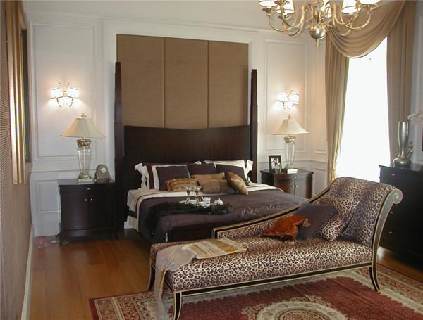 卧室体现了主人的尊贵与品味,厚实的圆盘豆实木地板,古典的欧式风格家具、柔软的布艺,各种材质、光影、造型的组合搭配使空间在这里得到了升华。