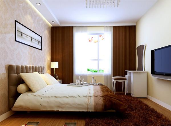 而布艺沙发的匹配,使整个空间柔软舒适。餐厅吊顶图案简单但与众不同,整面墙被素色的壁纸所覆盖,配上简单的装饰板,随意摆搭的装饰品,使整个空间奢华而不张扬。